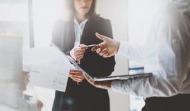 Встречать деловых партнеров фото Представление команды Бизнес-леди давая коллеги карточки Проект представления новый Стоковое фото RF