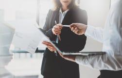 Встречать деловых партнеров фото работа команды Бизнес-леди давая коллеги карточки Офис нового проекта представления современный Стоковые Фотографии RF
