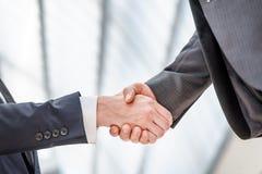 Встречать партнеров! Бизнесмен 2 детенышей стоя напротив каждого o Стоковая Фотография RF