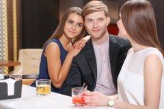 Встречать друзей в баре Стоковое Фото