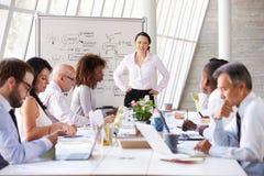 Встреча азиатской коммерсантки ведущая на таблице зала заседаний правления стоковое фото