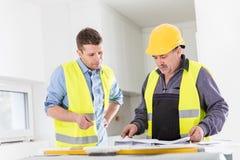 Встреча архитектора и инженера по строительству и монтажу крытая стоковые фото