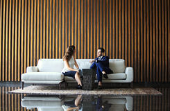 Встреча бизнесмена и коммерсантки в самомоднейшем офисе Стоковые Изображения RF