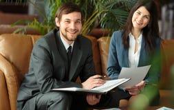 Встреча бизнесмена и коммерсантки Стоковая Фотография