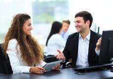 Встреча бизнесмена и коммерсантки Стоковое Фото