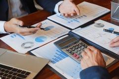 Встреча бизнесмена консультаций по бизнесу коллективно обсуждать проект отчета анализирует стоковое изображение rf