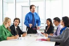 Встреча бизнесмена проводя в зале заседаний правления Стоковое Фото