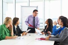 Встреча бизнесмена проводя в зале заседаний правления Стоковая Фотография RF