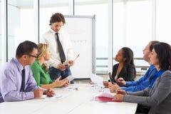 Встреча бизнесмена проводя в зале заседаний правления Стоковые Фото