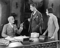 Встреча бизнесмена с человеком и женщина (все показанные люди более длинные живущие и никакое имущество не существует Гарантии по Стоковое фото RF