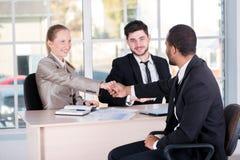 Встреча вождей 3 успешных бизнесмены сидя в t Стоковое Изображение