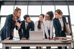 Встреча в офисе, концепция команды дела команды метода мозгового штурма Стоковое фото RF