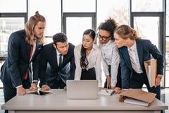 Встреча в офисе, концепция команды дела команды метода мозгового штурма Стоковые Изображения RF