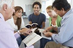 Встреча группы по изучению библии стоковые фотографии rf