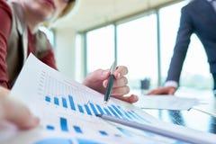 Встреча деятельности финансовых менеджеров стоковая фотография