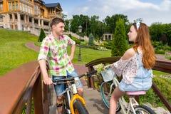 Встреча девушки и парня на footbridge в парке Стоковые Фотографии RF