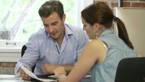 Встреча женщины с финансовым советником в офисе акции видеоматериалы