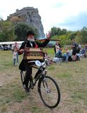 Встреча исторических велосипедов - более старый человек с аппаратурой музыки Стоковые Изображения RF