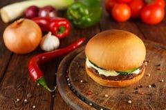 Встреча и бургер сыра на деревянном столе Стоковая Фотография