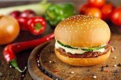 Встреча и бургер сыра на деревянном столе Стоковые Фотографии RF