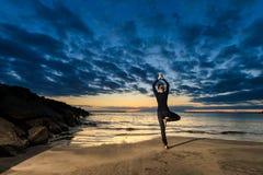 Встреча йоги лета на тропическом острове Стоковое Изображение