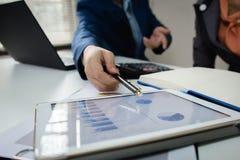 Встреча команды дела советуя с проектом профессиональный инвестор работая проект Дело и финансы концепции стоковые фото