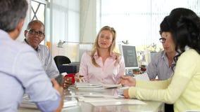 Встреча команды вокруг таблицы в творческом офисе сток-видео