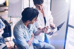 Встреча команды Coworking Группа в составе 2 businessmans работая с новым производя startup проектом в солнечном офисе Сенсорная  Стоковая Фотография RF