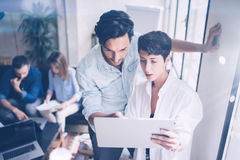 Встреча команды Coworking Группа в составе businessmans работая с новым startup проектом в современном офисе Печатные документы в Стоковое Изображение