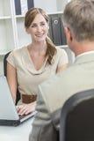 Встреча коммерсантки бизнесмена женщины человека Стоковое Фото