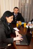 встреча компьтер-книжки дела используя женщину Стоковое фото RF