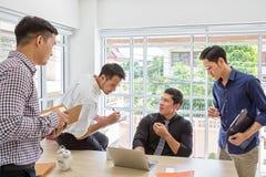 Встреча консультанта для финансового Данные по бизнесмена группы планируя на встрече Бизнесмены встречая вокруг стола стоковые изображения rf