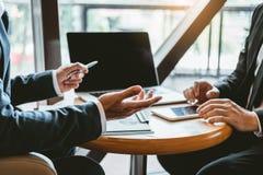 Встреча консультаций по бизнесу работая и коллективно обсуждать новая концепция вклада финансирования проекта дела стоковое изображение