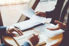 Встреча консультаций по бизнесу работая и коллективно обсуждать новая концепция вклада финансирования проекта дела стоковое фото rf