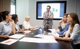 Встреча корпоративного дела успеха коллективно обсуждать концепцию сыгранности стоковое изображение rf