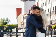 Встреча любовников, парня и девушки обнимая один другого напольно Стоковые Изображения