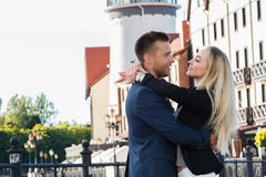Встреча любовников, парня и девушки обнимая один другого напольно Стоковое Изображение