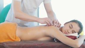 Встреча массажа Молодая красивая женщина с расчалками получая массаж вакуума видеоматериал