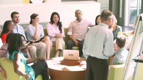 Встреча метода мозгового штурма бизнесмена ведущая с коллегами сток-видео