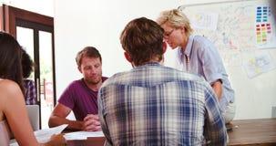 Встреча метода мозгового штурма женского менеджера ведущая в офисе сток-видео