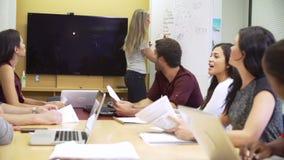 Встреча метода мозгового штурма коммерсантки ведущая с коллегами видеоматериал
