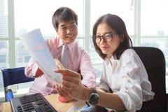 Встреча молодого человека и женщины в сцене таблицы деятельности офиса для Стоковое Изображение