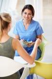 Встреча нюни с девочка-подростком в самомоднейшей больнице Стоковые Фото