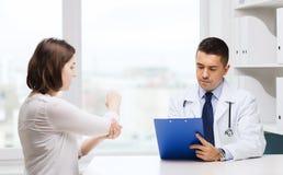 Встреча доктора и молодой женщины на больнице Стоковые Фото