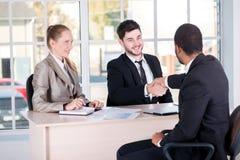 Встреча партнеров 3 успешных бизнесмены сидя внутри Стоковое Изображение