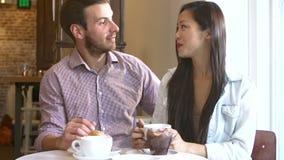 Встреча пар в ресторане Café сток-видео