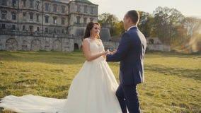 Встреча пар свадьбы перед замком сток-видео