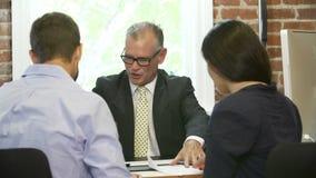 Встреча пар с финансовым советником в офисе сток-видео