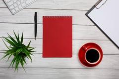 Встреча подготовки потока операций кофе утра чашки блокнота белой папки доск таблицы красная Стоковые Фотографии RF