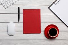 Встреча подготовки потока операций кофе утра чашки блокнота белой папки доск таблицы красная Стоковое Фото
